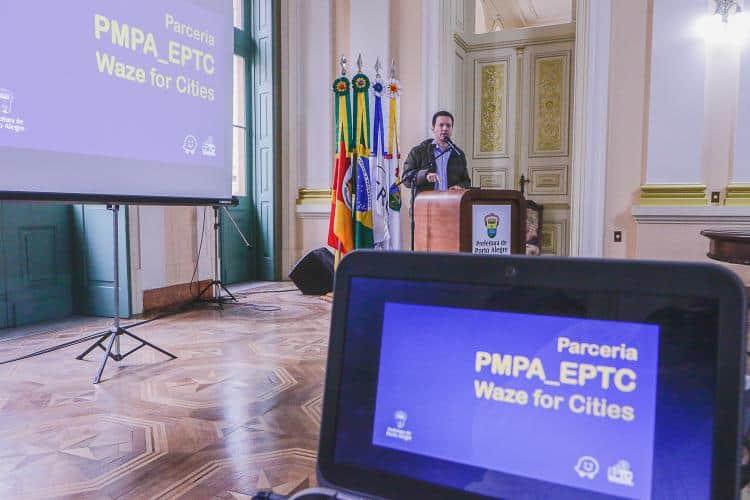 Porto Alegre fecha parceria com aplicativo Waze
